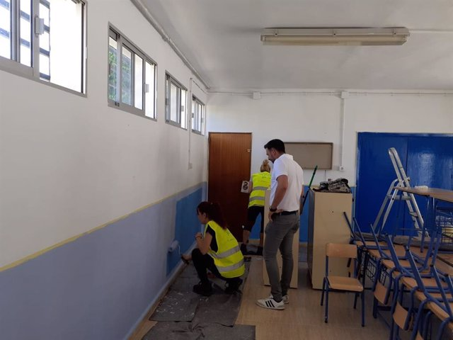 Técnicos municipales realizan tareas de mantenimiento en un colegio de Vegas del Genil