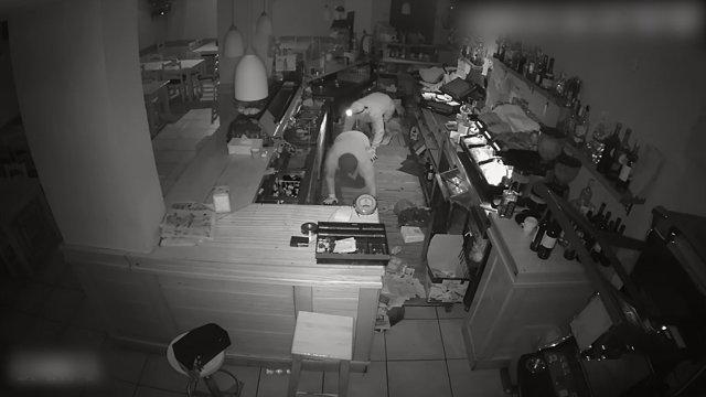Els autors dels robatoris van ser identificats mitjançant les càmeres de vigilància dels establiments.