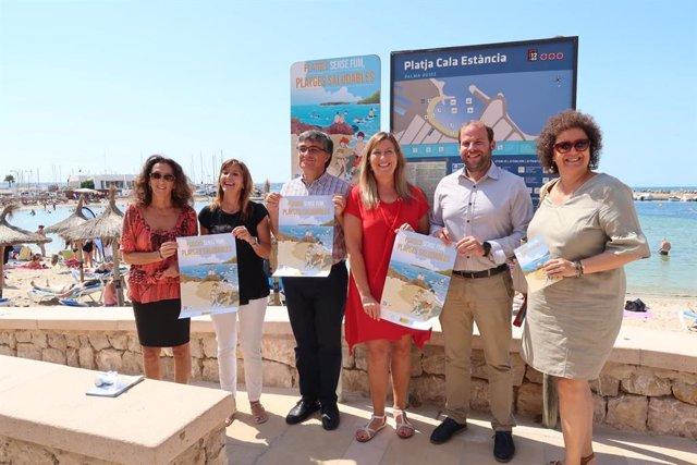 El conseller de Medio Ambiente, Miquel Mir (2d), y la consellera de Salud y Consumo, Patricia Gómez (3i), entre otros, durante el acto de señalización de la 'Playa sin humo' en Cala Estància. Recurso.