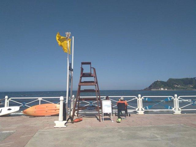 Bandera amarilla ondeando en la playa de Ribadesella, en el puesto de Salvamento.