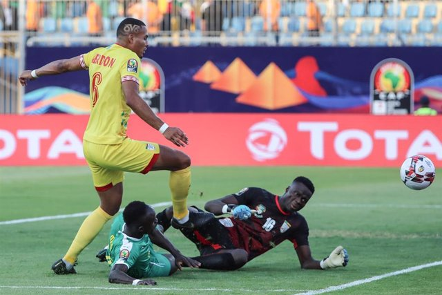 10 July 2019, Egypt, Cairo: Benin's Olivier Verdon (L), Senegal's Sadio Mane and Benin's Saturmin Allagbe battle in action during the 2019 Africa Cup of Nations quarter final soccer match between Senegal and Benin at the 30 June stadium. Photo: Omar Zohei