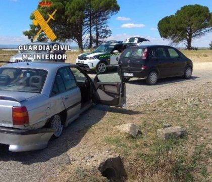Un vehículo se sale de la vía tras un roce lateral con otro turismo en Santacara