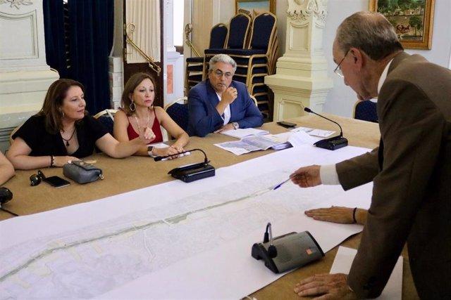 El alcalde de Málaga, Francisco de la Torre, explica a la consejera de Agricultura, Carmen Crespo, proyectos de la ciudad.