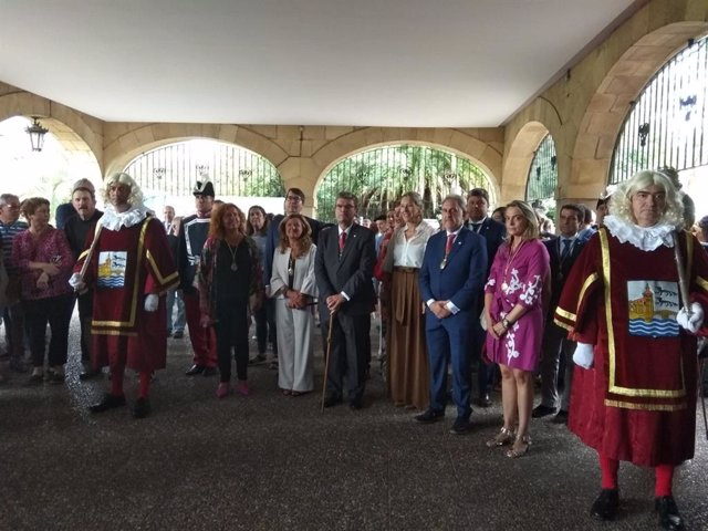 El alcalde de Bilbao, Juan Mari Aburto, y miembros de la coporación municipal en la Basílica de Begoña el Día de la Virgen.