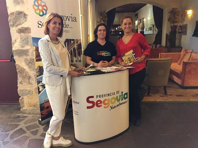 Personas encargadas de uno de los puntos de información itinerantes que Prodestur ha establecido en varios hoteles de la capital y la provincia de Segovia.