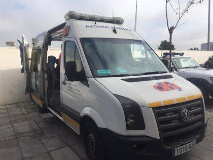 Evacúan al hospital herido grave al conductor de un turismo tras cocharse con una farola en Lepe (Huelva)