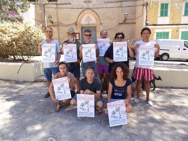 Representants de la Plataforma Salvem Portocolom durant una protesta per la paralització dels nous hotels al casc antic de Portocolom.