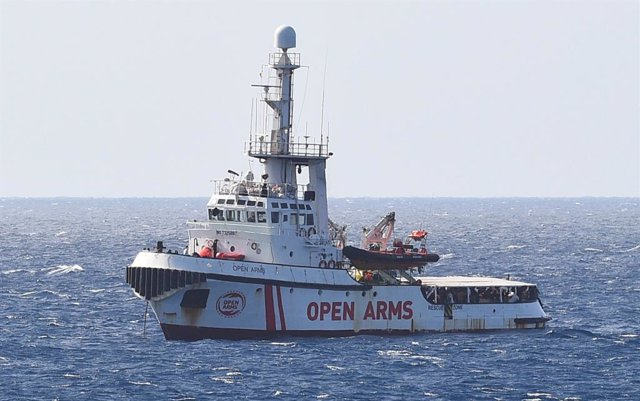 Vaixell de l'ONG Open Arms front a Lampedusa