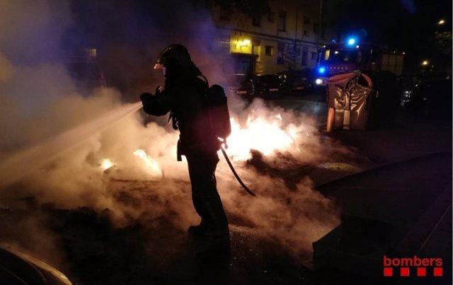 Un efectiu de Bombers de la Generalitat, durant les tasques d'extinció de l'incendi a Sabadell.