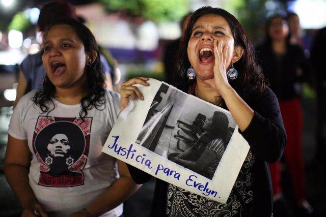 Manifestación en apoyo de Evelyn Hernandez en San Salvador