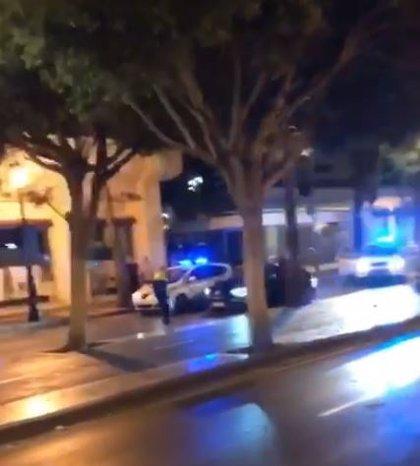 La Policía Local de Marbella (Málaga) dispara a un vehículo que intentó atropellar a un agente