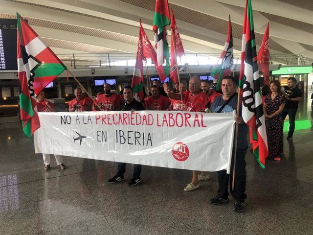 Concentración de trabajadores de Iberia en el Aeropuerto de Bilbao