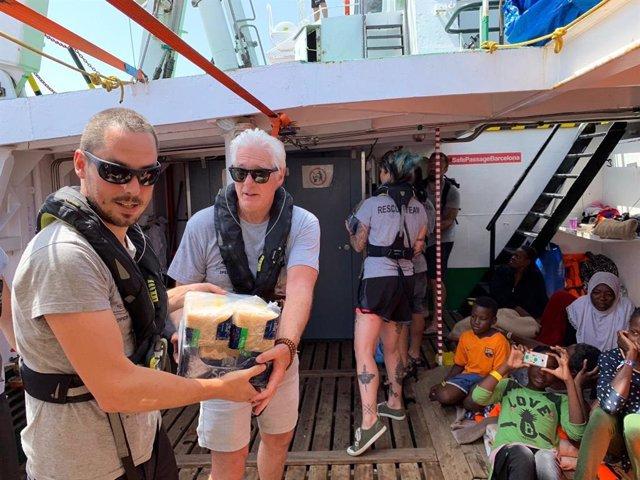 Richard Gere porta aliments al vaixell de Proactiva Open Arms (Arxiu).