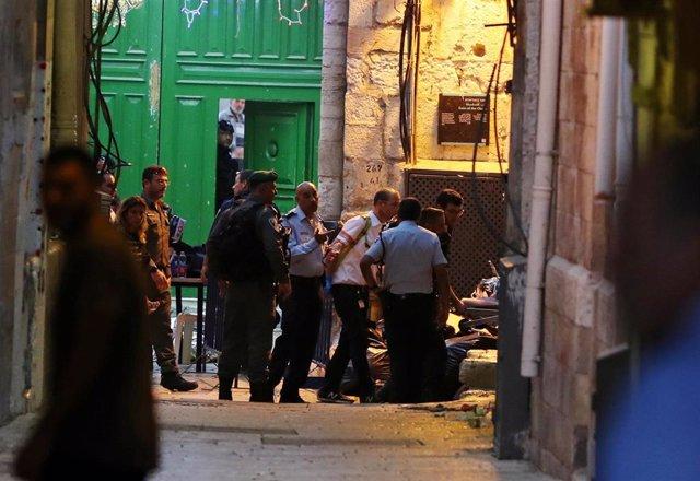 Dos adolescentes palestinos apuñalan a un policía israelí en Jerusalén