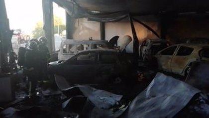Un incendio en una nave de coches en Villarejo de Salvanés calcina 20 turismos, dos grúas y una furgoneta