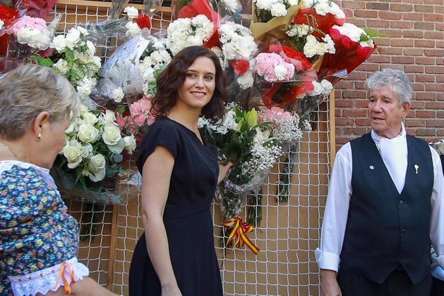 La presidenta de la Comunidad de Madrid, Isabel Díaz Ayuso (c), participa en la ofrenda floral ante el cuadro de la Virgen de la Paloma en la capital.