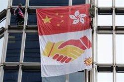 Un activista francès escala un gratacel de Hong Kong per cridar a la reconciliació (REUTERS / ANN WANG)
