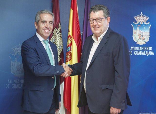 Evaristo Olcina, concejal de Deportes y Relaciones Institucionales de Guadalajara, y Francisco Javier Escamilla, hasta ahora director de instituciones Guadalajara y Cuenca de CaixaBank.