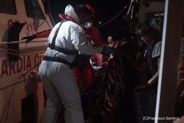 Evacuació de persones del vaixell d'Open Arms