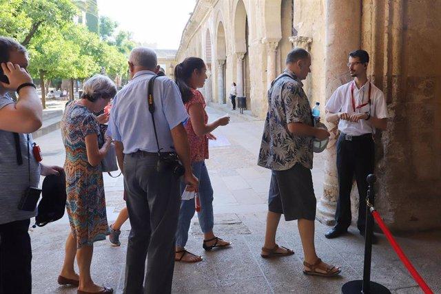 Un grupo de turistas accede al interior de la Mezquita-Catedral de Córdoba.