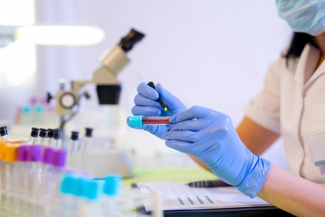 Análisis de sangre, marcadores tumorales, mujer trabajando en un laboratorio
