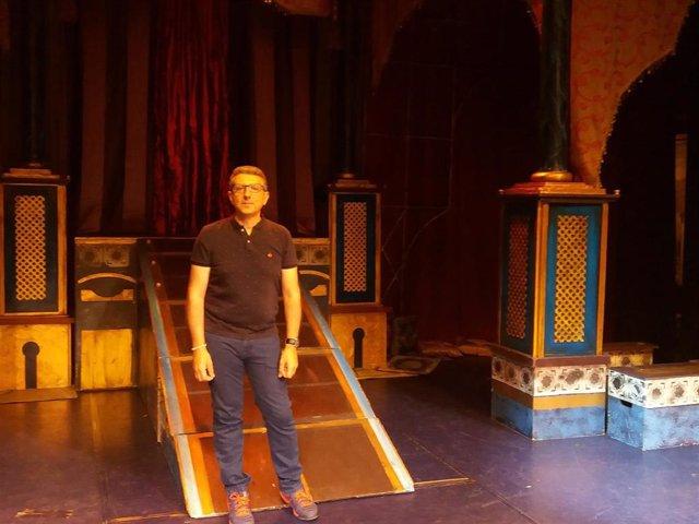 El director José Tomás Cháfer en el escenario del Teatro Cofidís Alcazar, con motivo del musical 'Aladin'