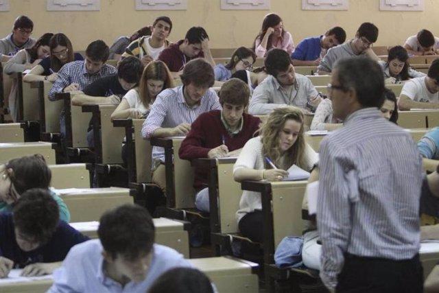 Estudiantes realizan las pruebas de selectividad en la Universidad de Extremadura.