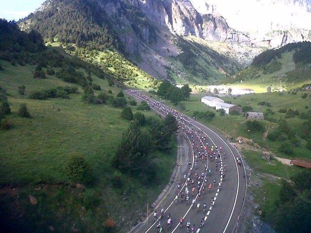 Vista aérea de prueba ciclista en montaña QH