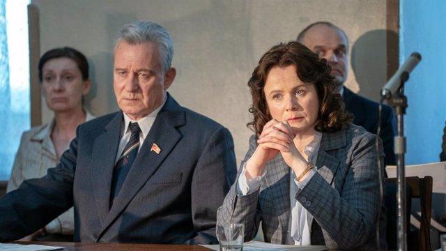 Imagen de Stellan Skargard como Boris Shcherbina y Emily Watson como Ulana Khomyuk en Chernobyl, la exitosa miniserie de HBO