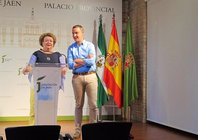 Pilar Parra, junto al alcalde de Huelma, Francisco Manuel Ruiz.