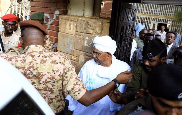 Omar al Bashir a su salida de la Fiscalía anticorrupción de Jartum