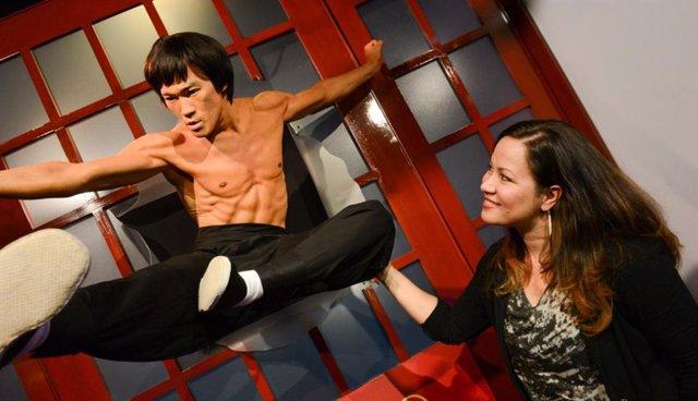 Shannon Lee junto a la figura de cera de su padre, Bruce Lee, en el museo de cera Madame Tussauds de Hollywood