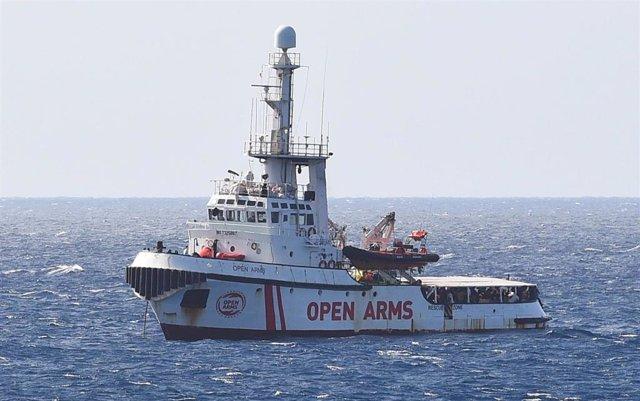 Barco de la ONG Open Arms frente a Lampedusa