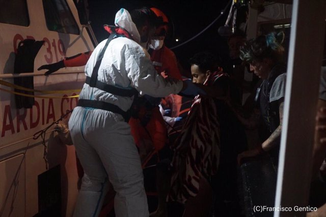 Evacuación de personas del barco de Open Arms