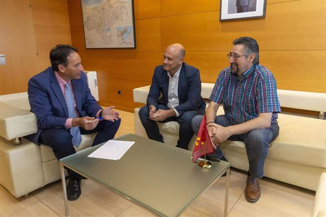 El consejero de Obras Públicas, Ordenación del Territorio y Urbanismo, José Luis Gochicoa, recibe al alcalde de Los Corrales de Buelna, Luis Ignacio Argumosa
