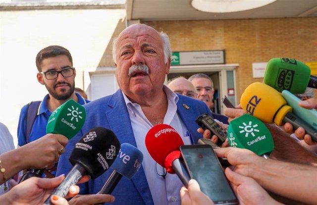El consejero de Salud y Familias, Jesús Aguirre, atiende a los medios de comunicación antes de visitar el Área de Urgencias del Hospital Virgen del Rocío de Sevilla