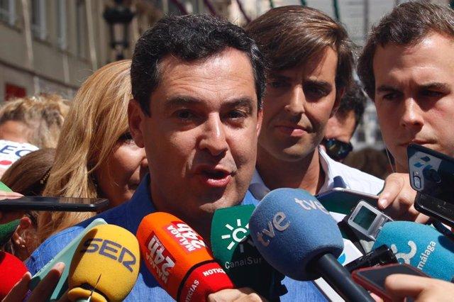 El presidente de la Junta de Andalucía y del PP andaluz, Juanma Moreno, atiende a los medios de comunicación en la Feria de Málaga.