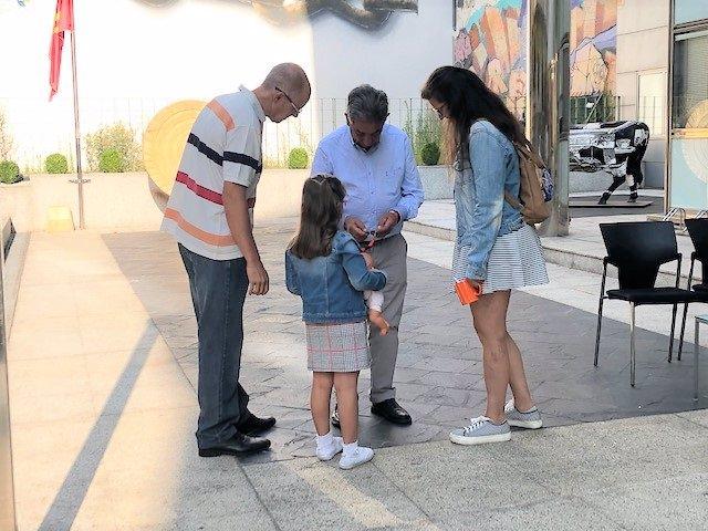 Una familia con el presidente de Cantabria, Miguel Ángel Revilla