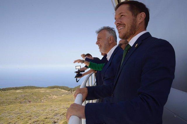 El presidente del Cabildo de La Palma, Mariano H. Zapata, junto al presidente de Canarias, Ángel Víctor Torres, en el Roque de Los Muchachos