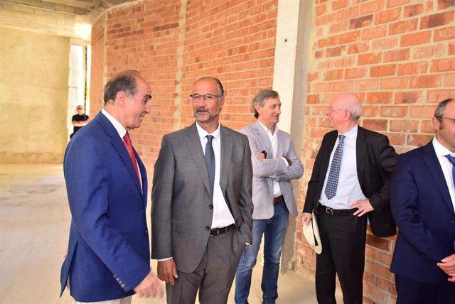 El presidente de las Cortes, segundo por la izquierda, durante la visita a la iglesia de San Esteban.