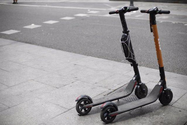 Dos patinetes eléctricos aparcados, imagen de archivo