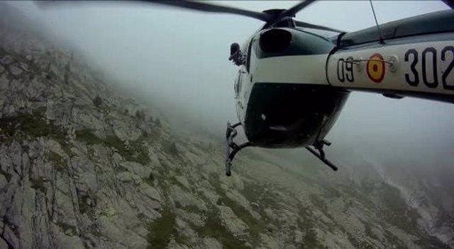 Rescate con helicóptero en la montaña con niebla