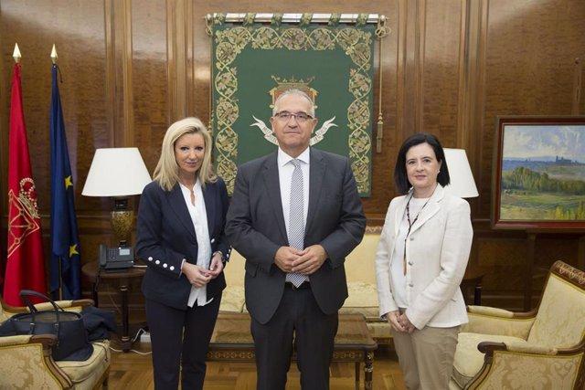 Reunión de Enrique Maya, alcalde de Pamplona, con las representantes de Amedna.