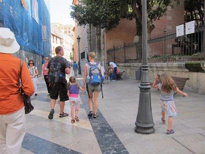 Más de 2.600 menores tutelados por la Generalitat viven con una familia de acogida