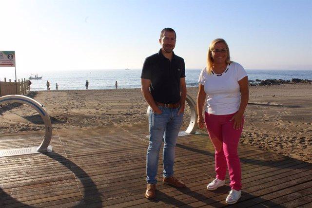La alcaldesa de Fuengirola, Ana Mula, en la playa canina