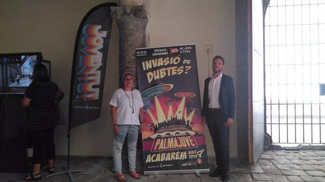 La regidora de Justícia Social, Feminisme i Lgtbi de l'Ajuntament de Palma, Sonia Vivas, amb el director general de Joventut de Cort, Alberto Rosauro.