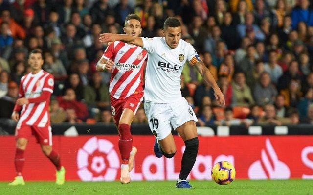 Rodrigo Moreno intenta lanzar a puerta en el Valencia-Girona de LaLiga Santander 2018-2019