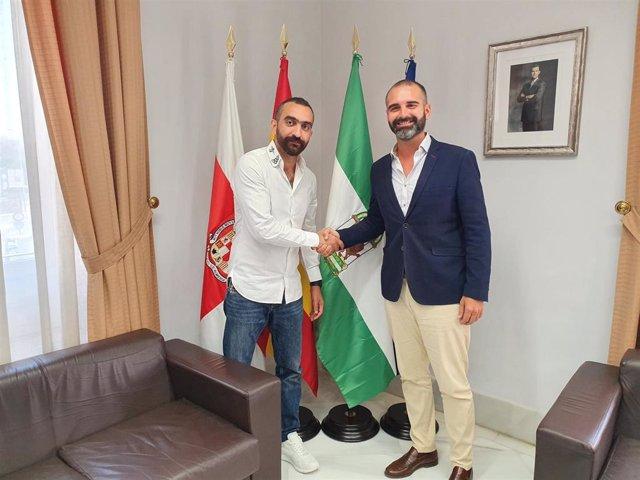 El alcalde estrecha la mano del nuevo director general de la UD Almería, Mohamed El Assy.