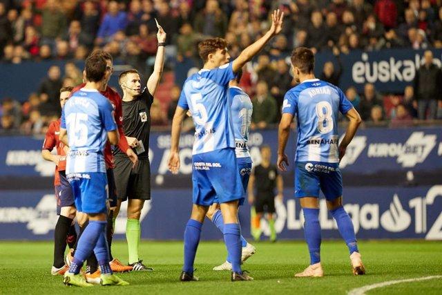 Varios jugadores del Málaga CF, durante un partido en Pamplona.