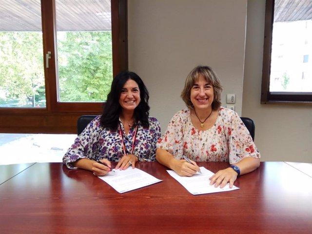 La presidenta del Colegio de Gestores Administrativos de Navarra, Nuria García, y la jefa Provincial de Tráfico de Navarra, Belén Santamaría.